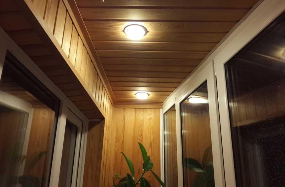 Обшивка балкона внутри деревянной вагонкой