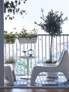 Пластиковые стулья на балконе