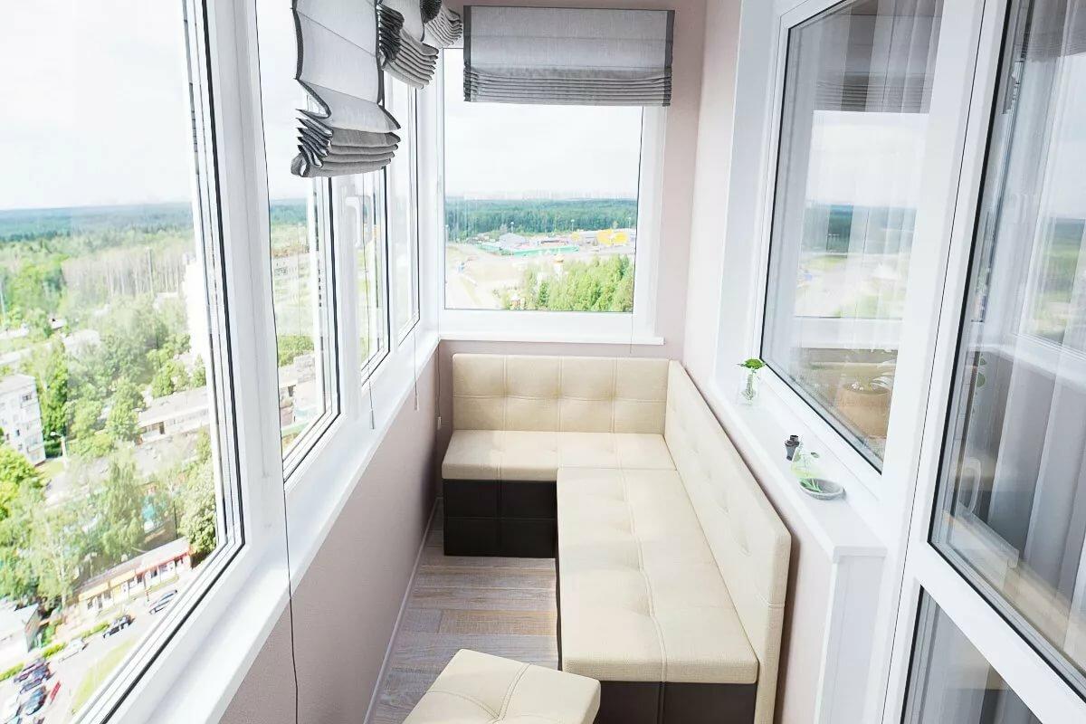 Вариант расположения дивана на маленьком балконе
