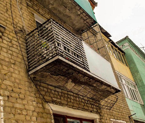 Пример балкона, требующего капительного ремонта