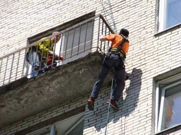 Проведение работ по реставрации балконных плит