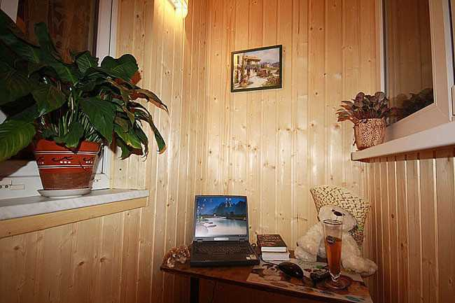 Балкон, отделанный деревянной вагонкой