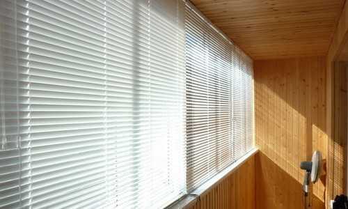 Лоджия с горизонтальными жалюзи на окнах