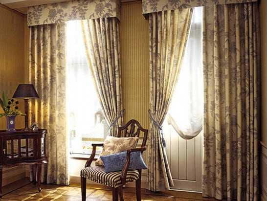 Классический вариант штор для зала с балконом предполагает наличие плотных портьер и легкого тюля.