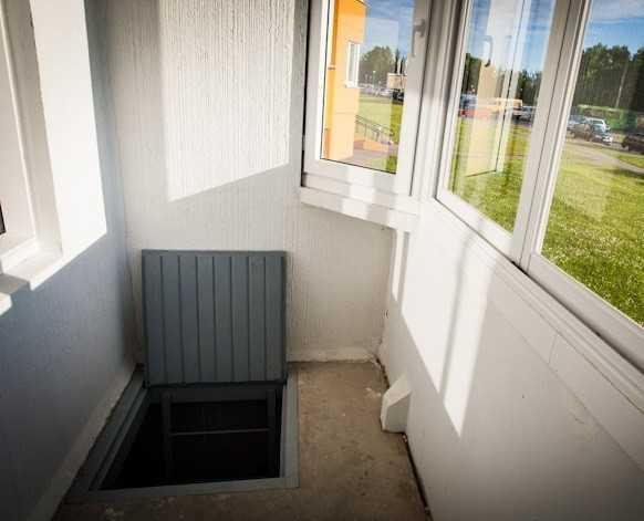 Вход в погреб под балконом