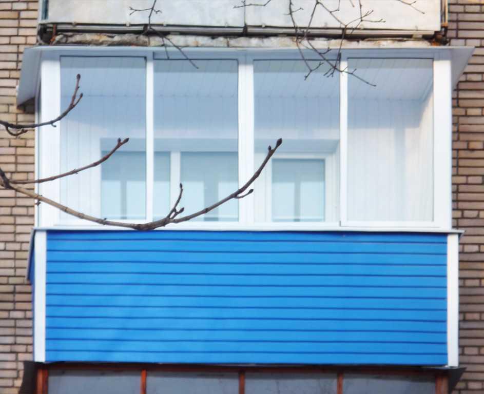 Внешняя отделка балкона металлическим профилированным листом.