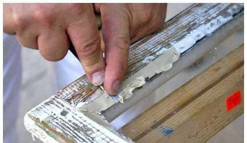 Процесс шпатлевания деревянного окна