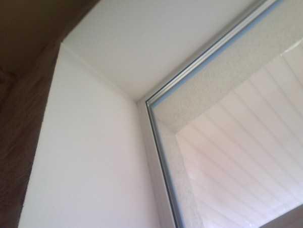 Во время всех этих работ окно очень желательно как-то закрыть-защитить, чтобы штукатурка и шпаклевка не испачкали новое окно.