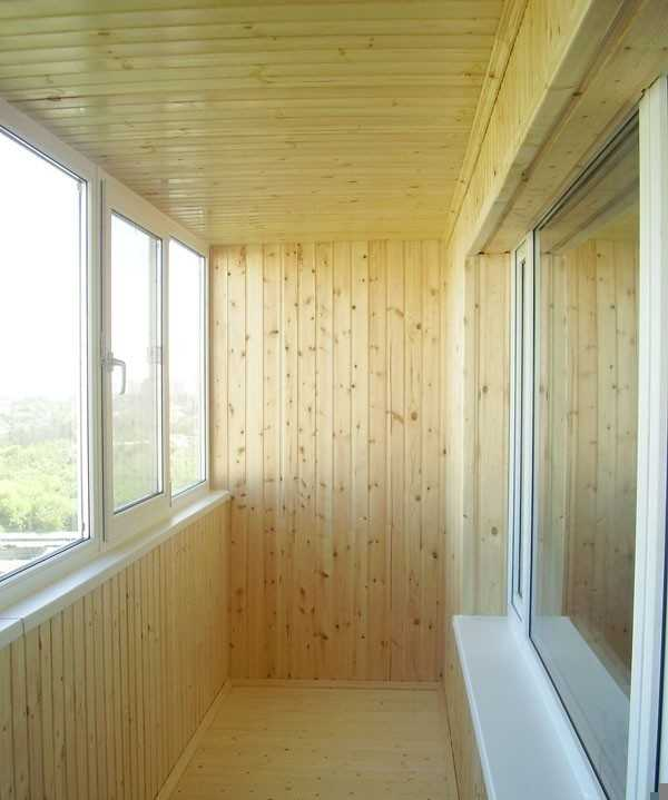 Внутренняя отделка деревянными панелями (вагонкой).