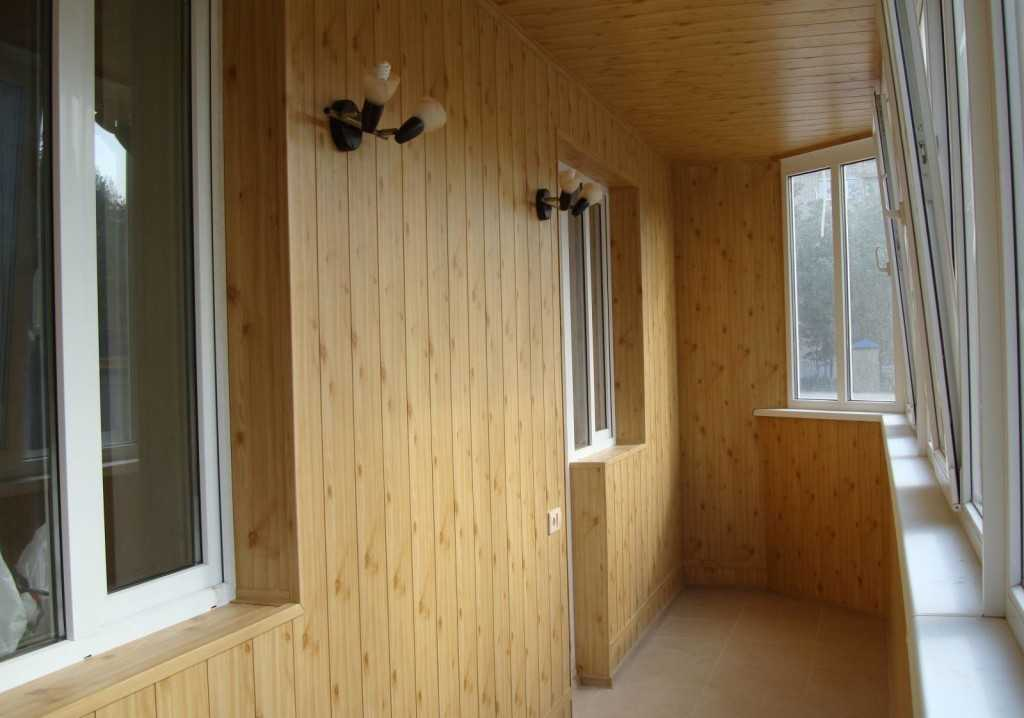 Уютная отделка балкона деревянной вагонкой
