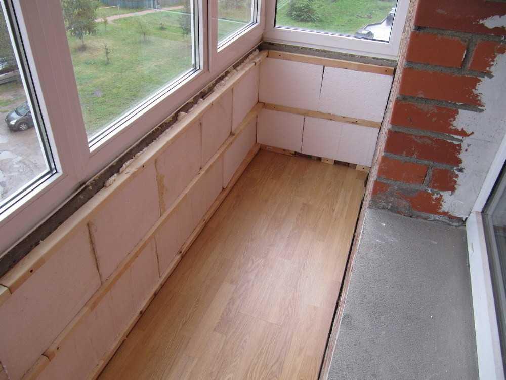 Остекление лоджий, балконов, террас и веранд зачастую связано с предварительным возведением перегородок и утеплением. Популярным, экологичным и легким материалом является газо- или пенобетон. Из пенобетонных блоков возможен монтаж перегородки на балконе с последующей установкой стеклопакета.