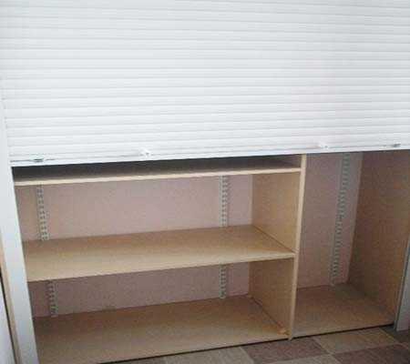 Вместо классических дверок можно использовать мебельные рольставни, они значительно экономят место.